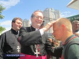 Посол Ватикана благословил одесских бомжей (ФОТО)