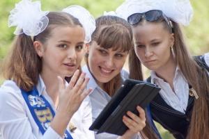 Последний звонок в николаевских школах: выпускники продефилировали по Советской, чуть-чуть попили пивка и немного подрались