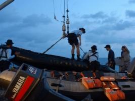 Спасатели извлекли из воды тела 48 жертв крушения самолета AirAsia