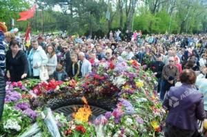 Тысячи одесситов возложили цветы к памятнику Неизвестному матросу