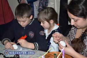 Херсонских детей-инвалидов учили делать писанки