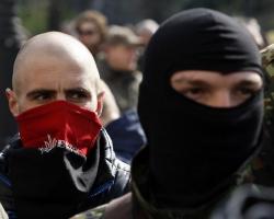 Порошенко будет попросить Раду запретить балаклавы в мирных местах