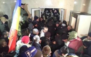 В Молдове избрание премьер-министра завершилось штурмом парламента