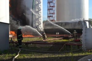 Пожар на нефтебазе становится неуправляемым, идет эвакуация населения из близлежащей зоны