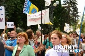 Под Радой митингуют предприниматели, а в Раде депутаты заблокировали трибуну